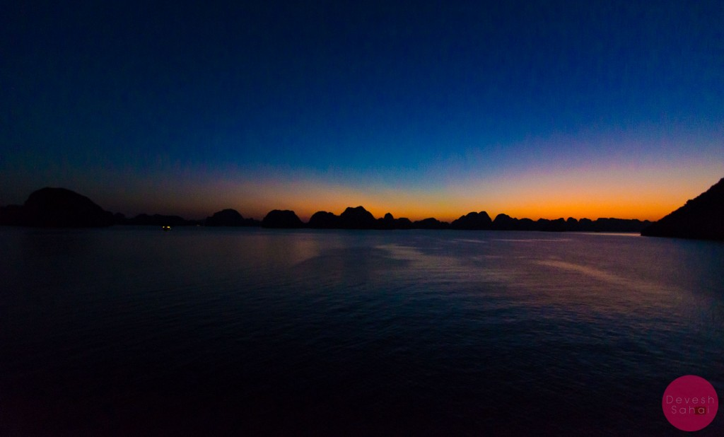 Beautiful scenes as the sun sets in Ha Long Bay