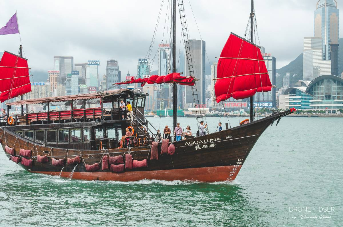 aqua luna junk boat in the hong kong harbour